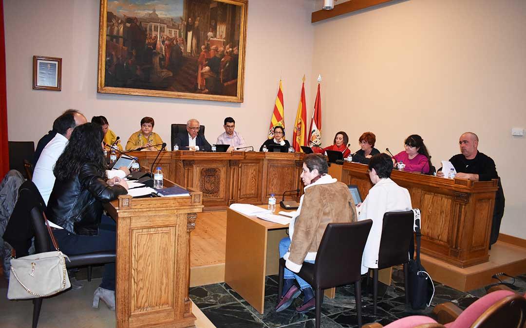 n Todos los miembros de la corporación durante el último pleno del mes de febrero el pasado miércoles, en el Ayuntamiento de Caspe.