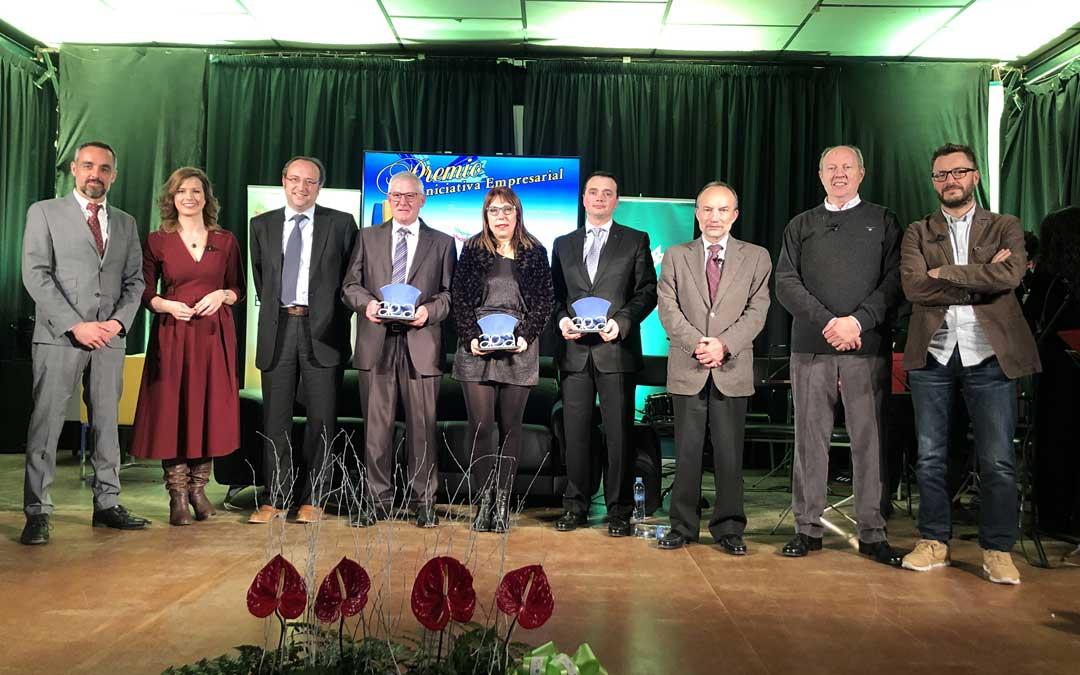 Foto de grupo de los premiados, autoridades y presentadora. Foto: L. Castel