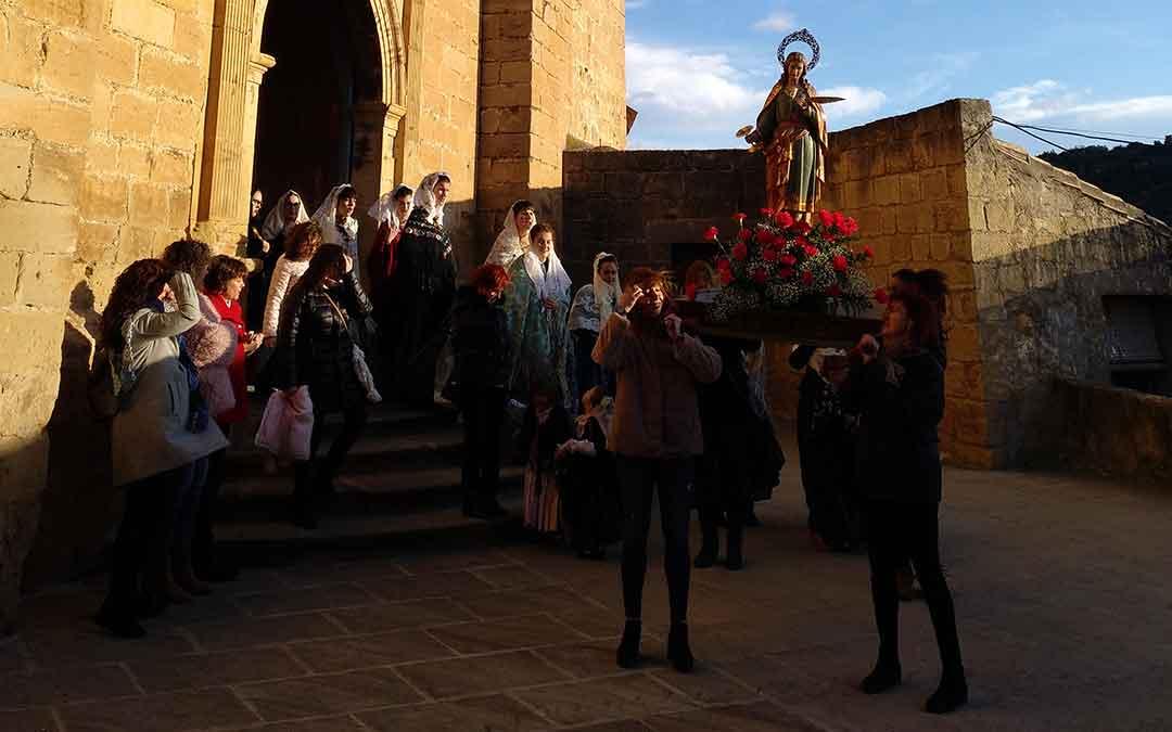 salida de la procesion de santa agueda en mazaleon