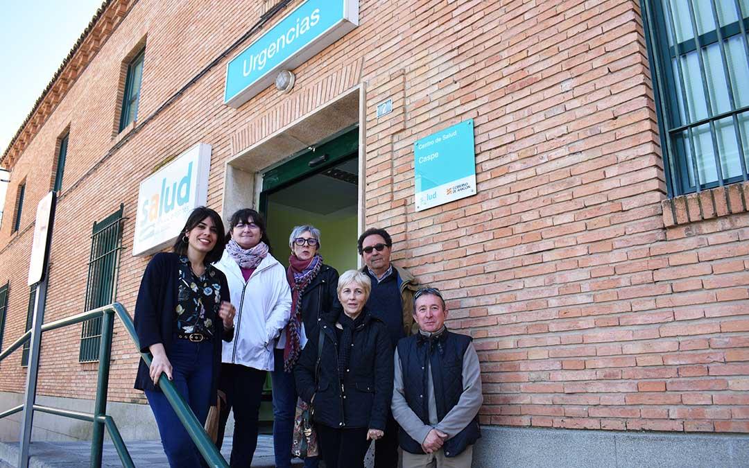Ambas diputadas junto a representantes de Podemos en Caspe, durante la visita al centro de salud.
