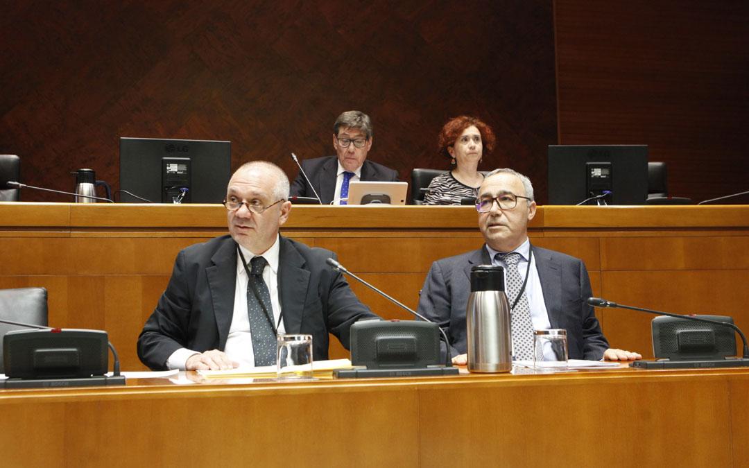 Rubén Orera (i.), director gerente de Samca, y José Manuel Saldaña (d.), responsable del área cerámica de arcilla de Samca, comparecieron ayer en una nueva sesión de la comisión especial por el futuro de Andorra de las Cortes