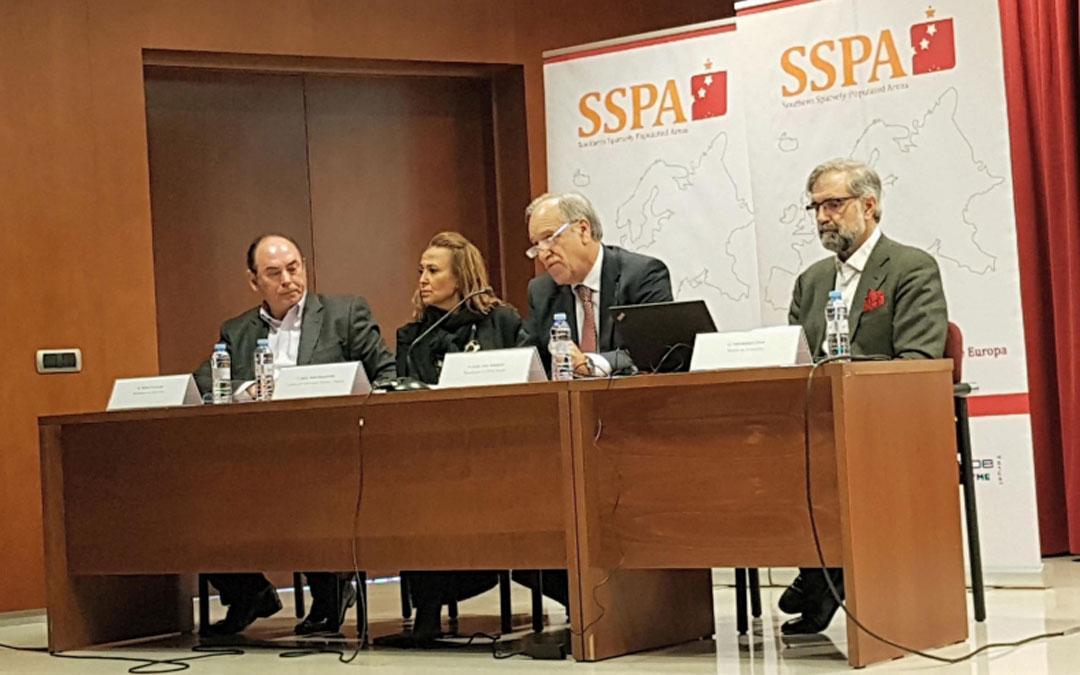 Mayte Pérez acudió a la presentación del informe elaborado por José Antonio Herce (primero por la dcha.) ayer en Teruel.