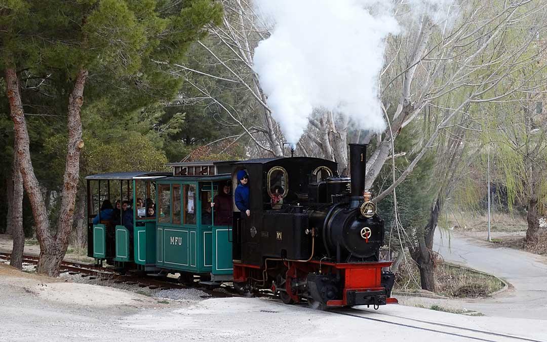 la locomotora hulla realizando un recorrido por el parque tematico de la mineria y el ferrocarril de utrillas