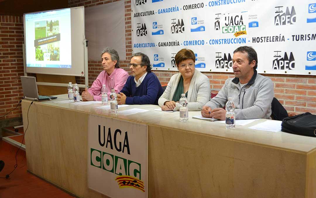 Representantes de UAGA y del Ayuntamiento de Caspe durante la primera jornada de la Semana Agraria.