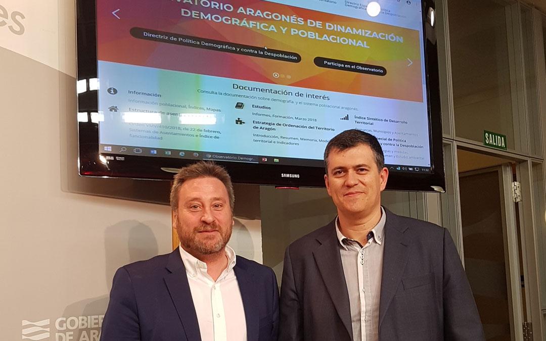 El consejero José Luis Soro y el director generla de Ordenación del Territorio, Joaquín Palacín, presentar ayer la web