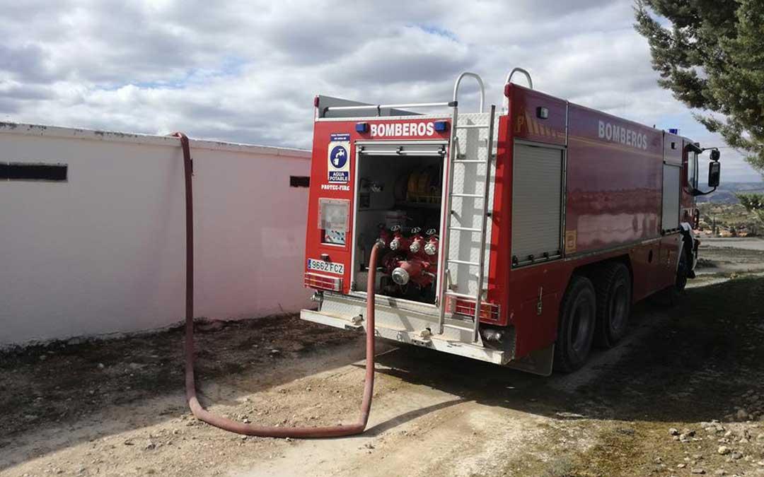 Los bomberos de la DPT suministrando agua a los depósitos municipales de Aguaviva a través de sus camiones cisterna