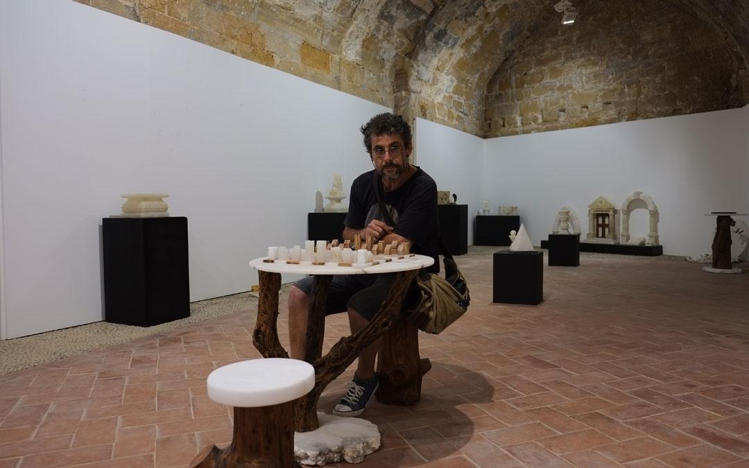 El guía del Castillo de Albalate, Juan Carlos Aragón, en la exposición del Taller de Empleo del alabastro hace unos meses