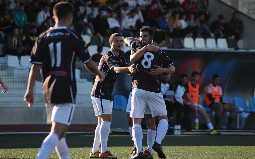 Los jugadores del Alcañiz celebran el gol conseguido por Daniel Abril