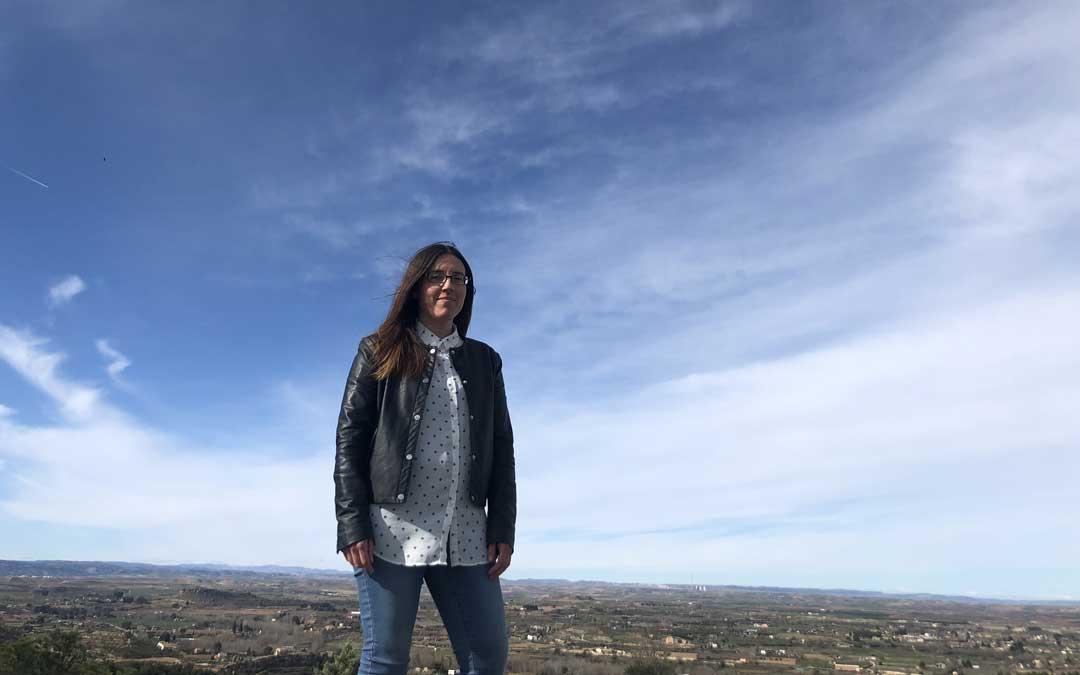 La gerente de la Asociación Turismo Bajo Aragón, Nieves Ballestero, posando este jueves en un mirador de Alcañiz. Foto: L. castel