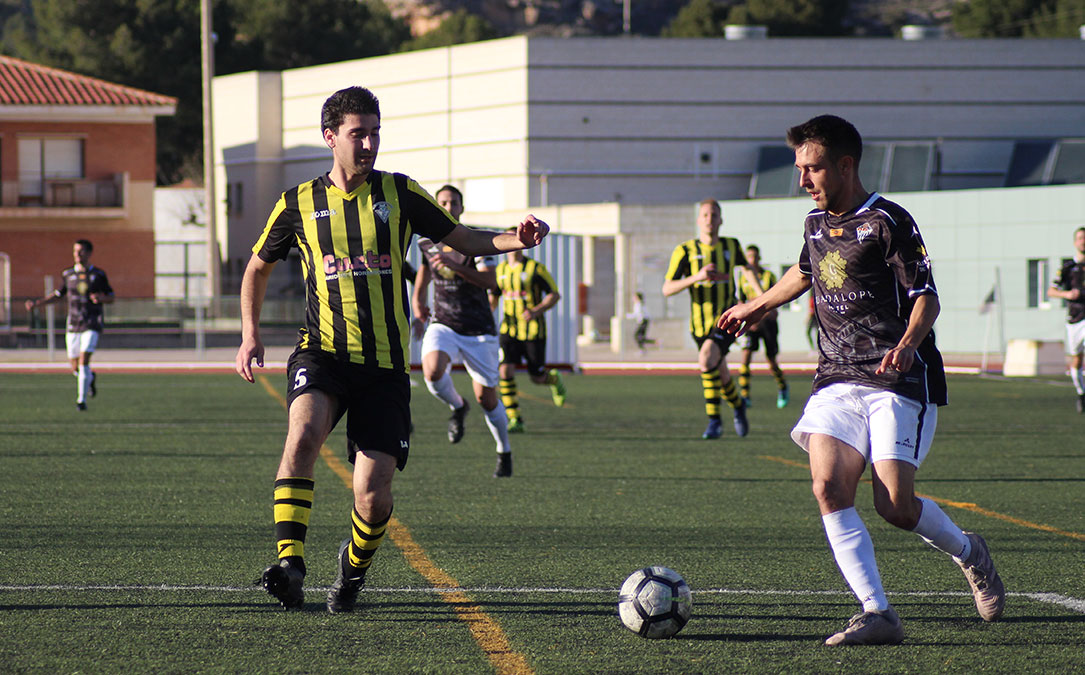 Jorge Pellicer, autor del primer gol del Alcañiz, fue un auténtico incordio para la defensa del Valderrobres