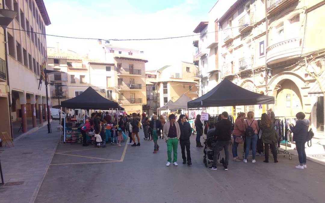 Los alcorisanos salieron a la calle para participar en el Mercado de Saldos.