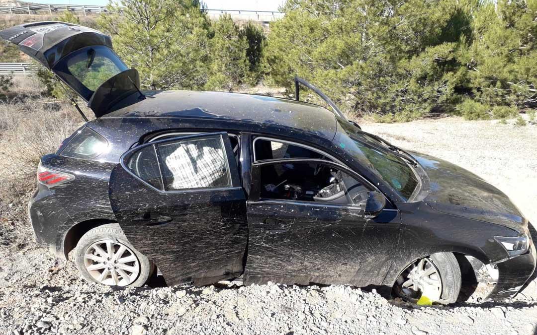 Estado en el que quedó el vehículo del detenido tras la persecución iniciada el domingo por la mañana en Allepuz