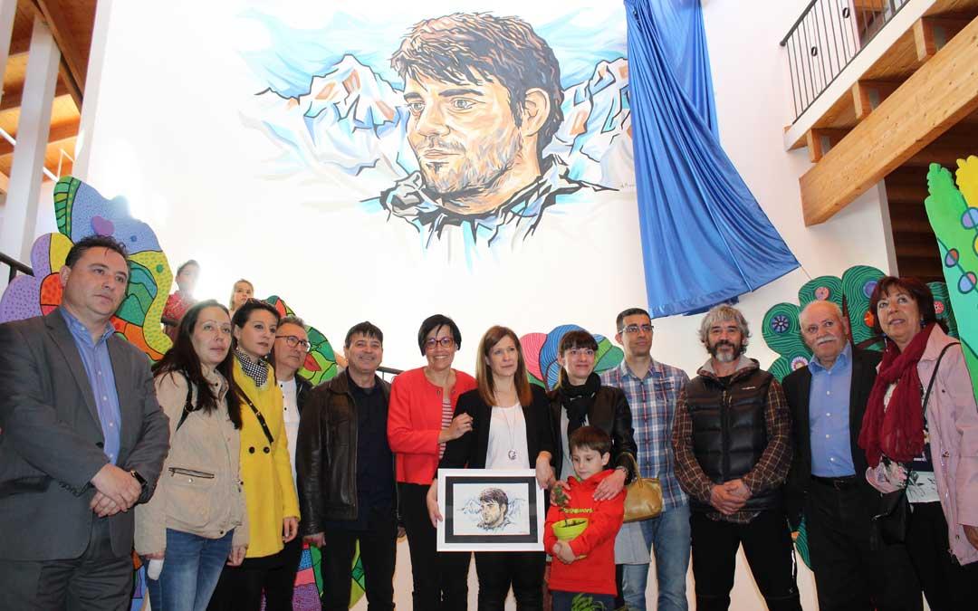 La familia junto a la corporación municipal, a los pies del mural con la imagen de José Luis Iranzo obra de Álex Mirasol