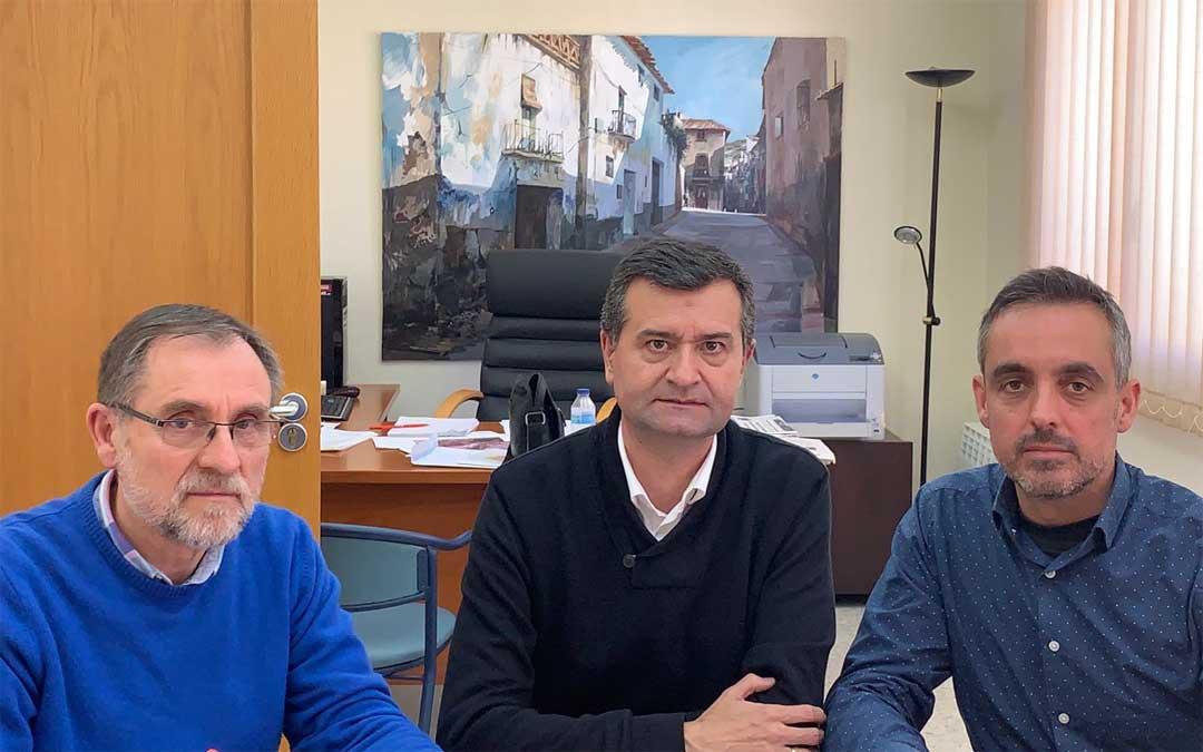 Jose Vicente Querol, gerente de Adibama, Joaquín Noé, alcalde de Ariño, y Roberto Miguel Gil, presidente de la asociación, en la firma del convenio para la oficina de promoción.