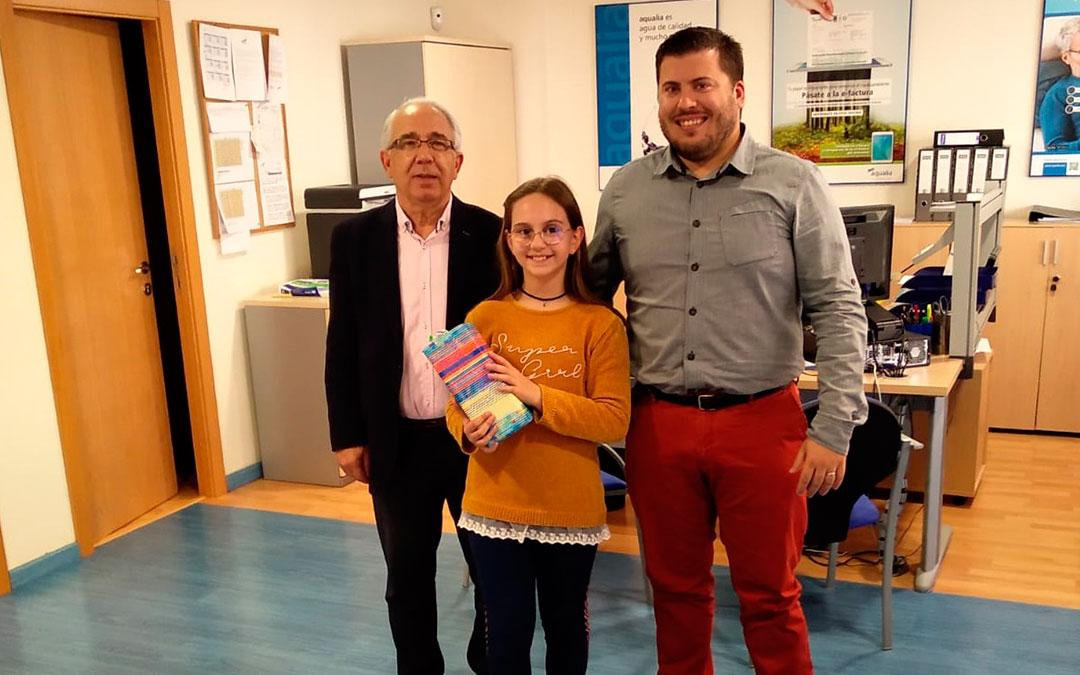 Jesús Senante Macipe (Alcalde de Caspe), Lucía Cebrián (niña premiada) y Jorge Mateo Almudévar (Jefe Servicio Abastecimiento Caspe)