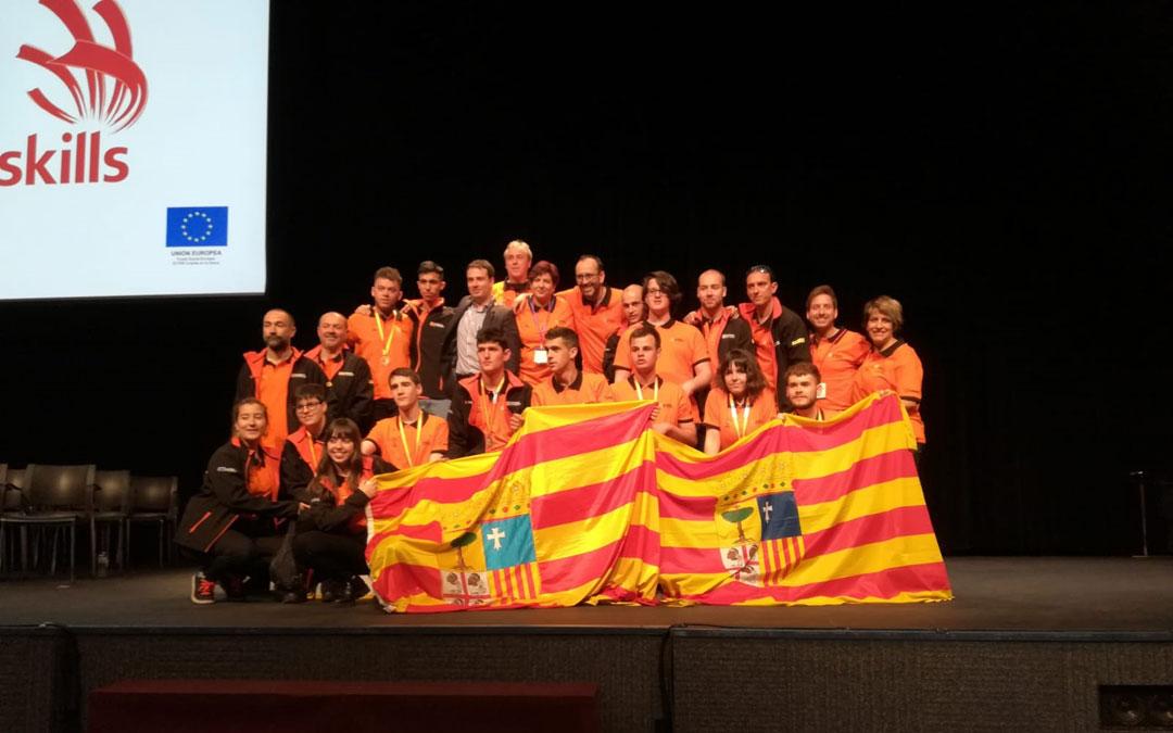 El equipo aragonés que ha participado en las Spain Skills se fotografía en Madrid tras el excelente resultado cosechado con siete medallas