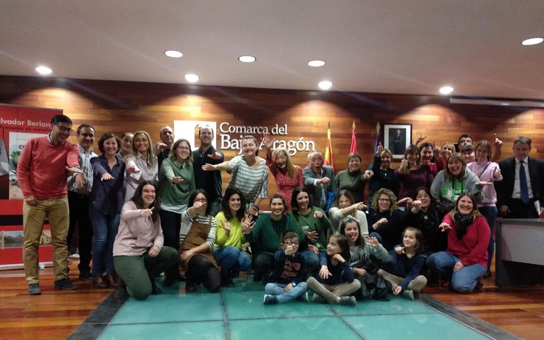 Foto de familia de los alumnos del CRIET en la sede del Bajo Aragón tras la presentación de la novela de Berlanga