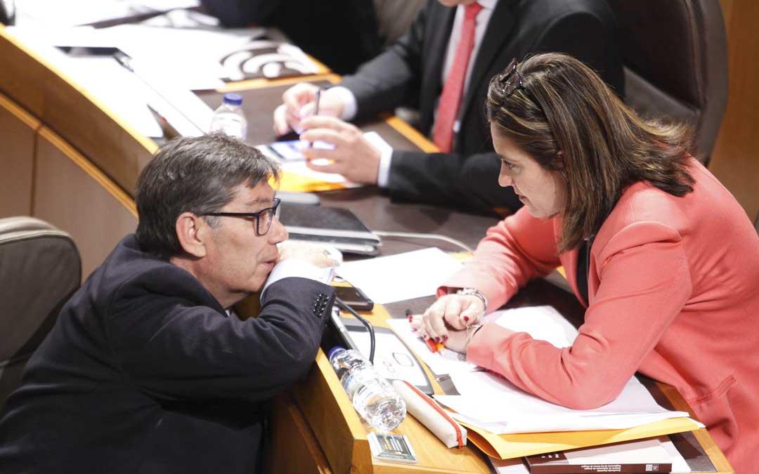 Arturo Aliaga (PAR) conversando con Susana Gaspar (Ciudadanos) en el último pleno de las Cortes donde ha presentado las conclusiones de la Comisión que han sido aprobadas por los grupos