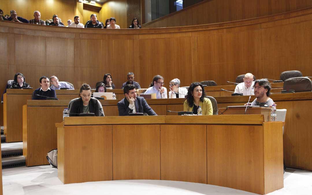 Grupo de Podemos en el último pleno de las Cortes al que pertenece Marta Prades, presidenta de la Comisión sobre la Helitransportada