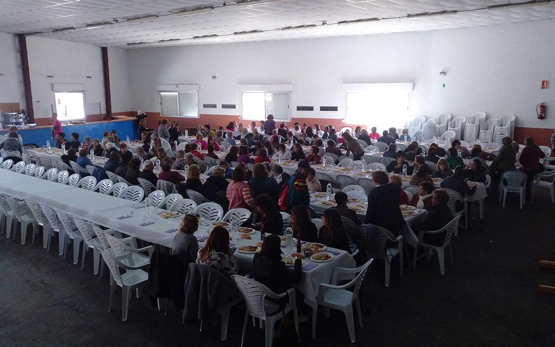 la comida popular del encuentro de mujeres se celebro en el pabellon