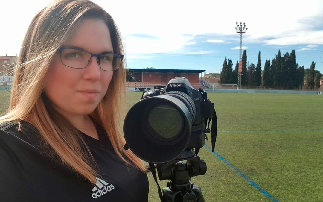 Erika Martínez a pie de campo de Los Rosales con su cámara, durante un partido del C.D. Caspe.