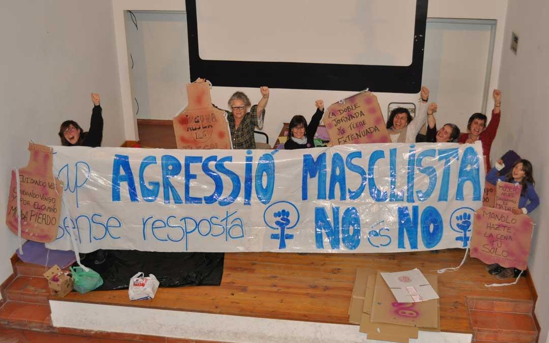 Feministas de Valderrobres preparando las pancartas este jueves. Foto: J. de Luna
