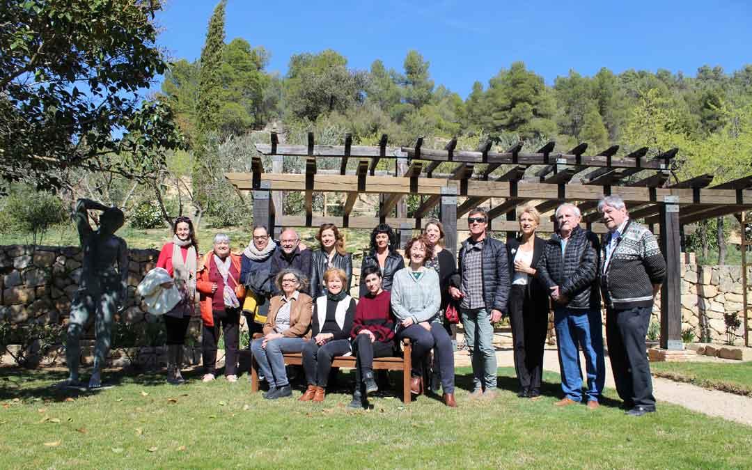 Foto de familia de las participantes en la mesa sobre mujer y parte del público amigo que acompañó y siguió esta iniciativa en La Torre del Visco.