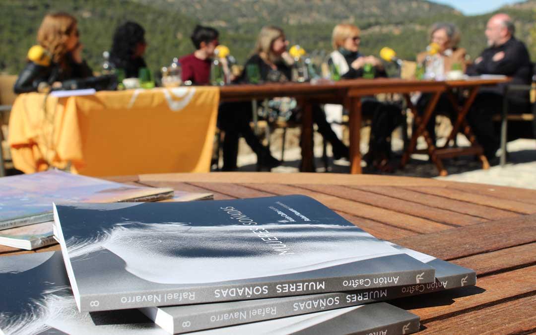Mesa redonda 'Mujeres por un mundo diferente' en La Torre del Visco moderada por Antón Castro.