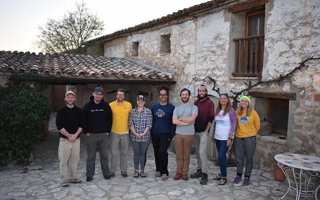 El profesor Brandon McElroy junto a varios de sus alumnos, el jueves en Caspe .