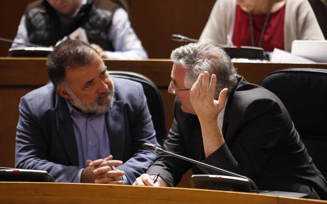 Herminio Sancho (izq.), en las Cortes, hablando con el consejero Olona