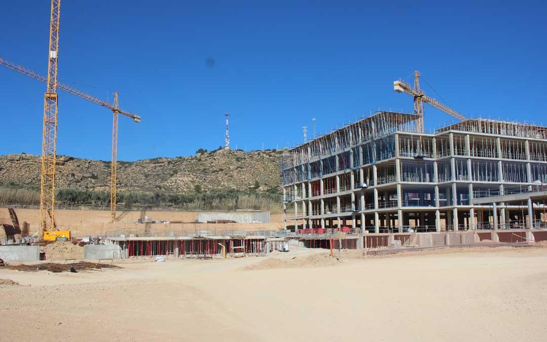 En las obras del Hospital de Alcañiz es complicado ahora ver trabajadores en las obras laborables. En la imagen, este lunes. Foto: L. Castel