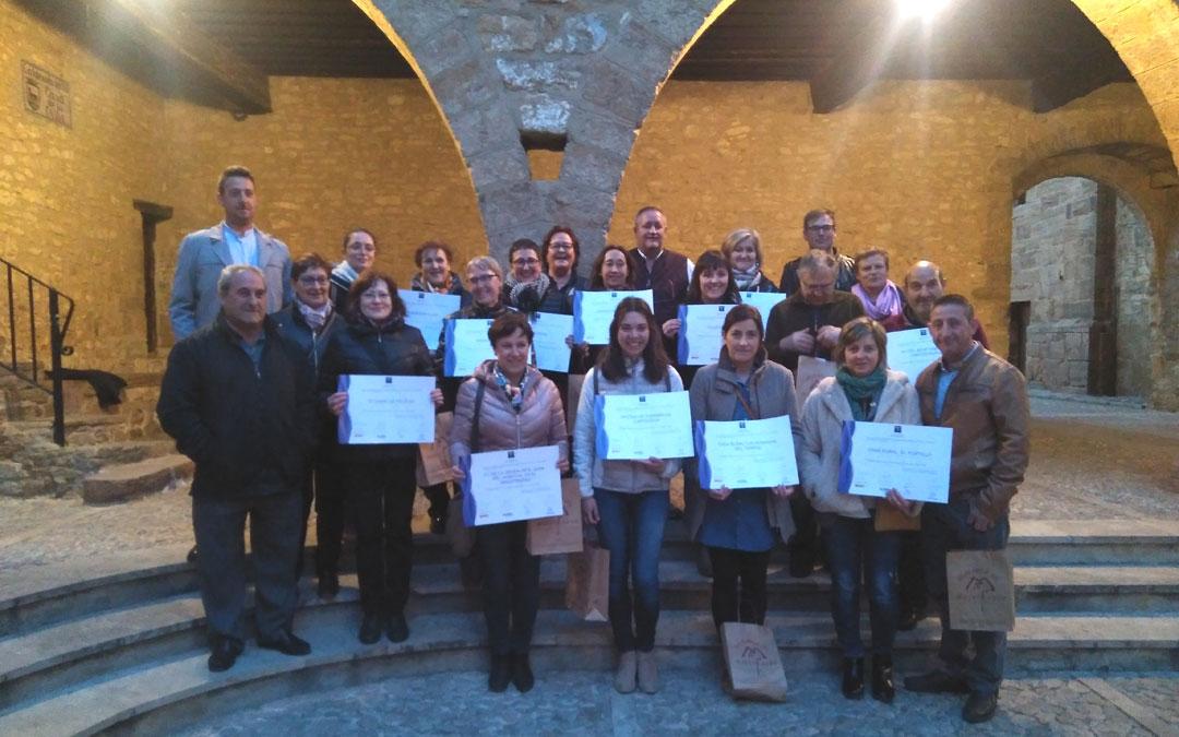 Foto de familia en La Iglesuela con los responsables de los establecimientos que recibieron sus diplomas SICTED a la calidad en el Maestrazgo