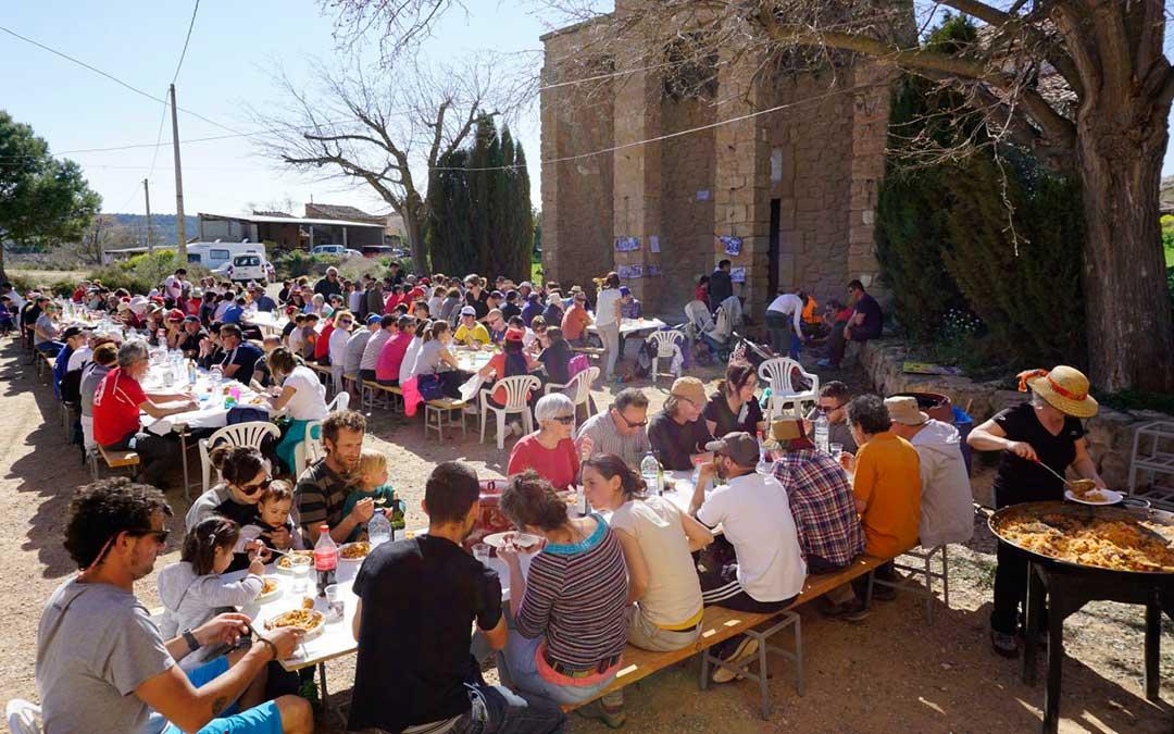 Muchos vecinos disfrutaron de la paella preparada al mediodía.