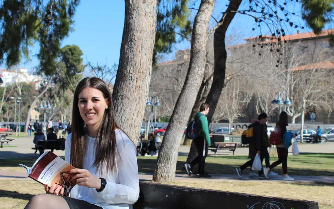 Ana Asión, con su libro sobre Transición y cine, en el Campus San Francisco donde da clases en la Universidad de Zaragoza.