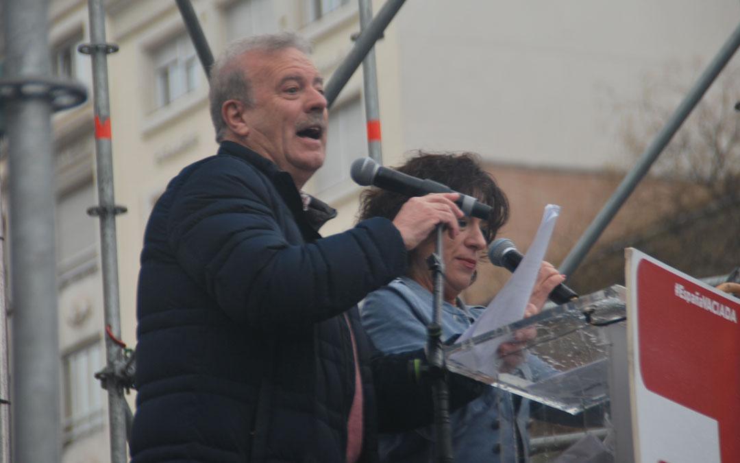 Manuel Campo Vidal y Paloma Zuriaga, de la Red de Periodistas Rurales, leyeron el manifiesto de la Revuelta de la España Vaciada.