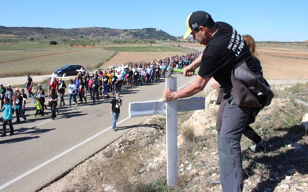 Nicolás Buisán, uno de los portavoces de la plataforma, este domingo, colocando una de las cruces