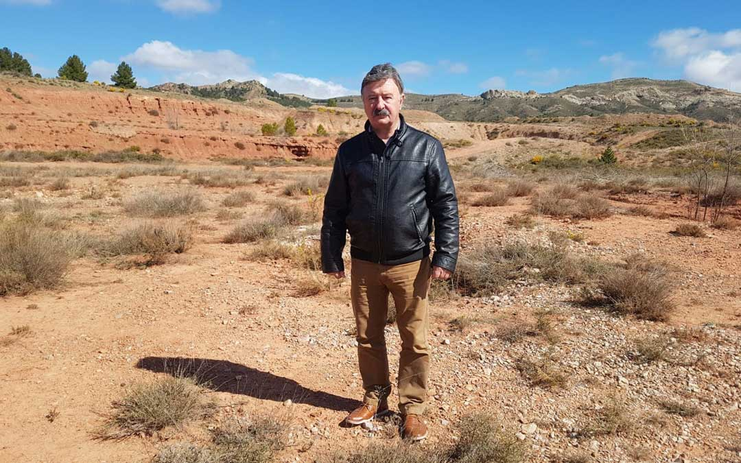 El presidente de la comarca, Merino, en el terreno en el que se instalará la empresa