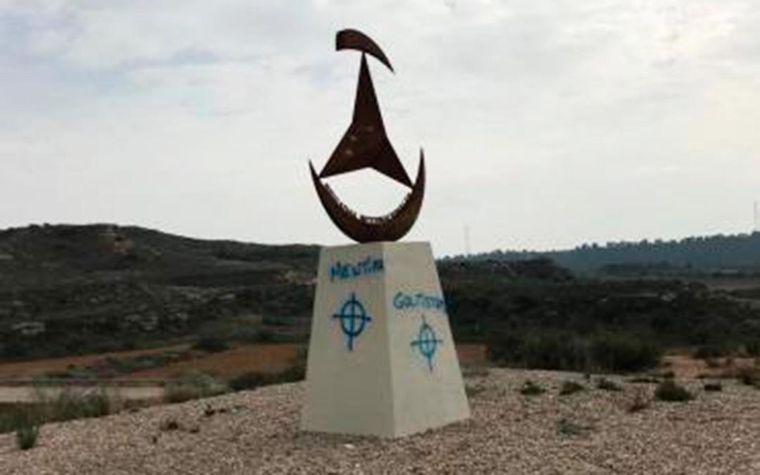 Monumento en homenaje a las brigadas en el Vado, con pintadas. Foto: El Agitador