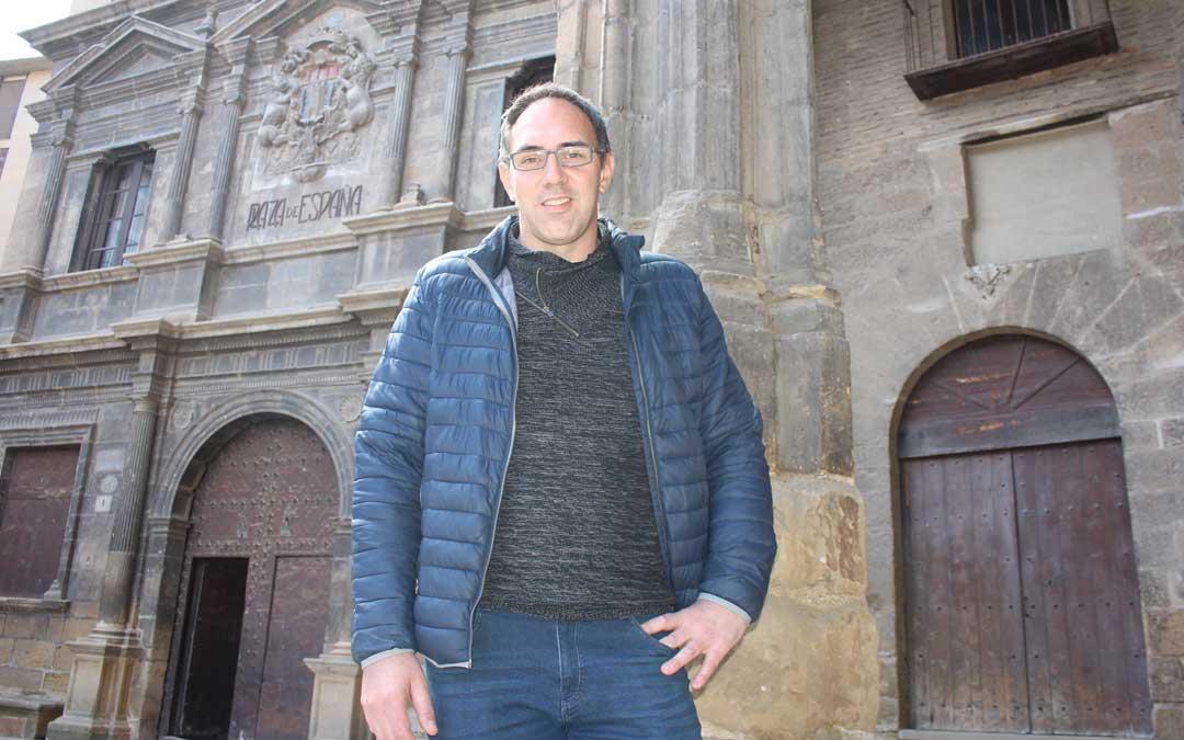 Nacho Esparrells delante del Ayuntamiento de Alcañiz, en el que ha sido concejal durante ocho años. Foto: Laura Castel