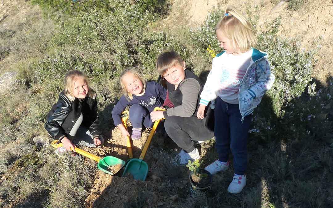 los ninos de alcaniz participaron en el dia del arbol