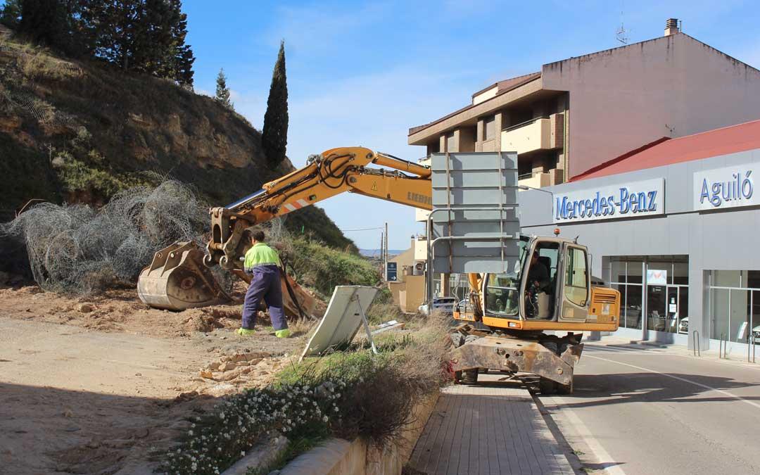 Una máquina excavadora retirando tierra del talud, que se va a retranquear varios metros. Foto: L. Castel