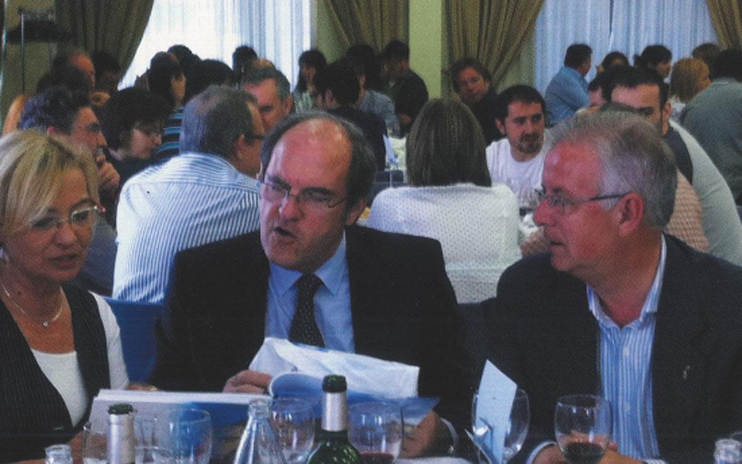 En su presentación como candidato a la alcaldía de Alcañiz en 2011 estuvo acompañado por Ángel Gabilindo y Eva Almunia