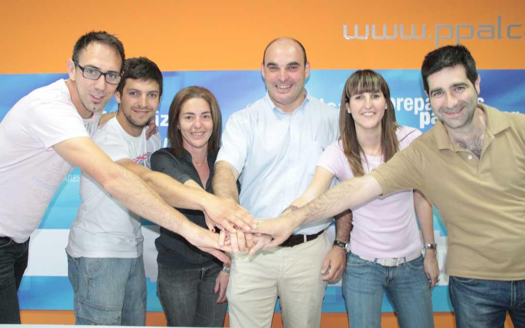 n Foto de grupo tras la victoria del Partido Popular de Alcañiz en las elecciones municipales de 2011. Una lista totalmente renovada con caras nuevas logró seis concejales y gobernó en minoría.