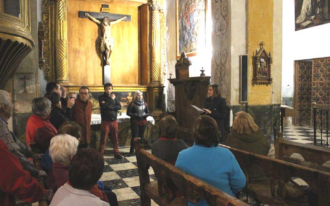 La técnico Sonia Sánchez explicando la restauración del banco en la iglesia de Tronchón.
