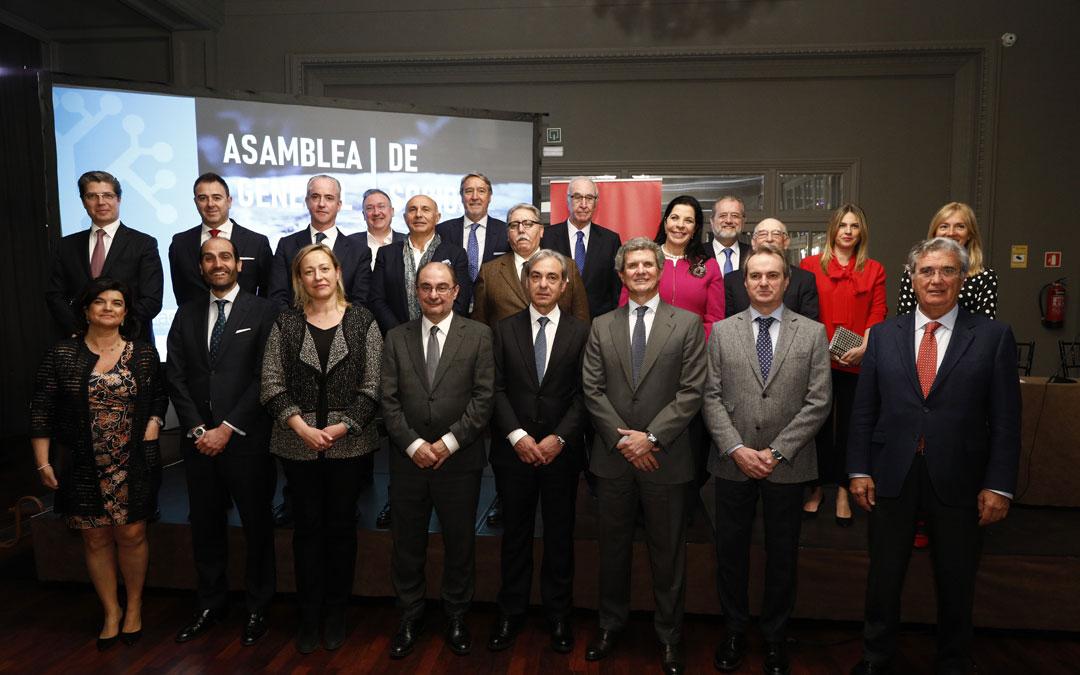 Alfonso Sesé, en el centro junto a Lambán, es el nuevo director de la Asociación de Empresa Familiar de Aragón