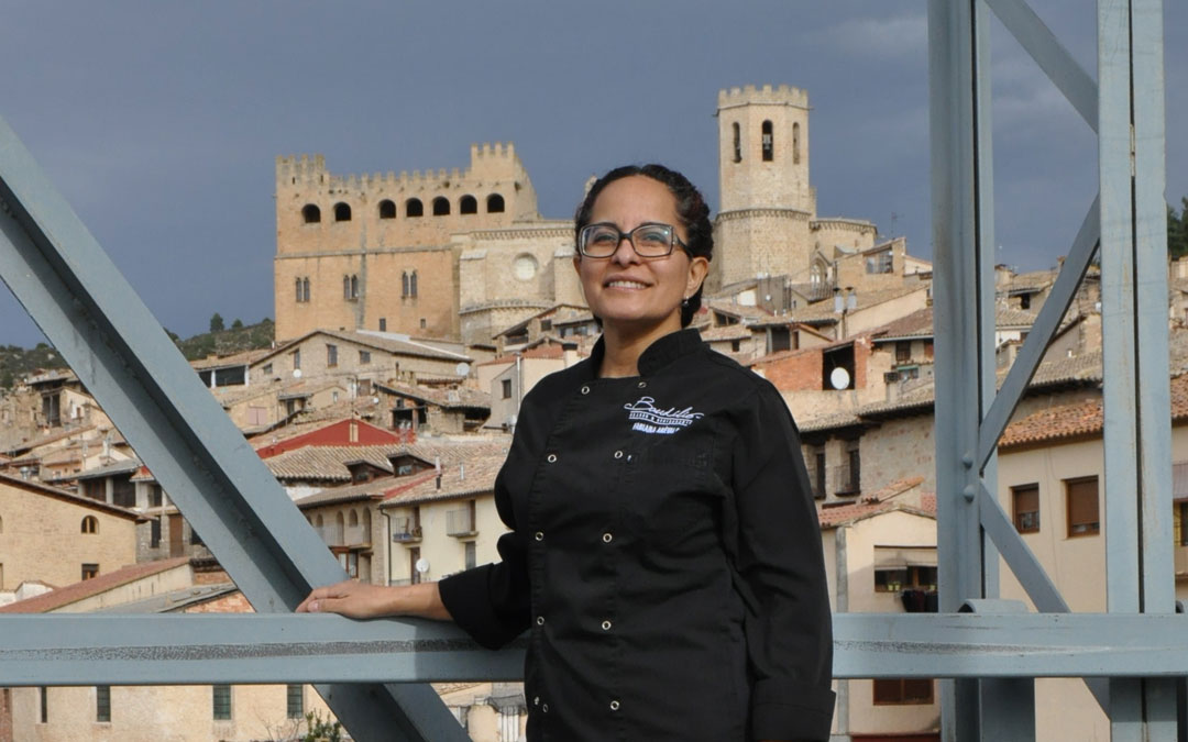 La argentina Fabiana junto a una de sus estampas preferidas desde el Puente de Hierro de Valderrobres donde regenta el Restaurante Asador Baudilio