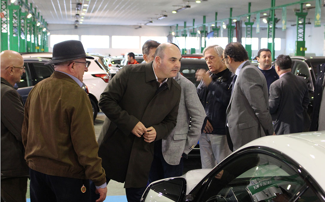 Juan Carlos Gracia, alcalde de Alcañiz, ha sido el encargado de inaugurar la Feria del Vehículo de Ocasión.