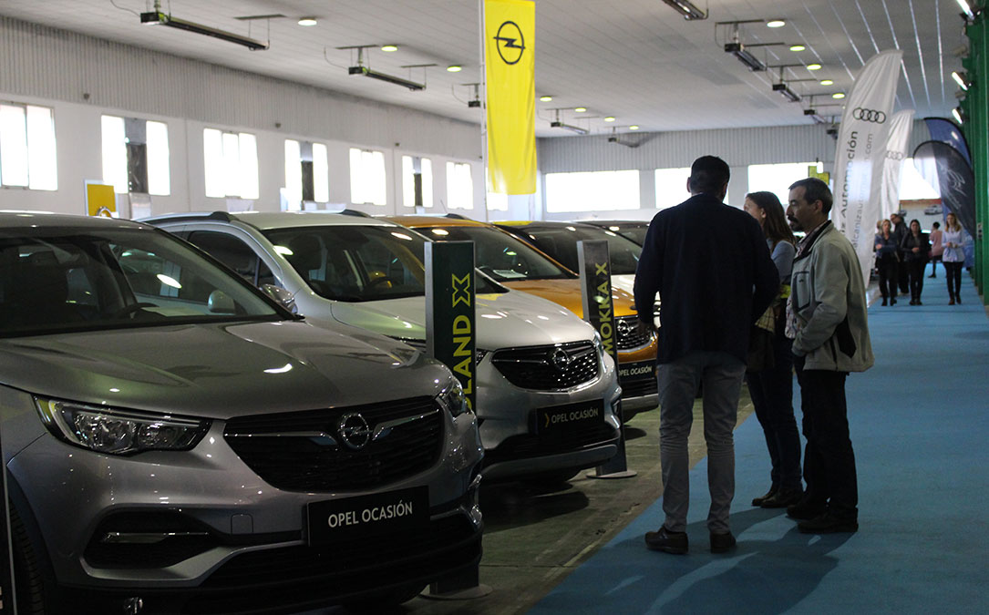 Los primeros clientes se acercaron este viernes a comprobar el tipo de vehículos ofertados en la Feria.