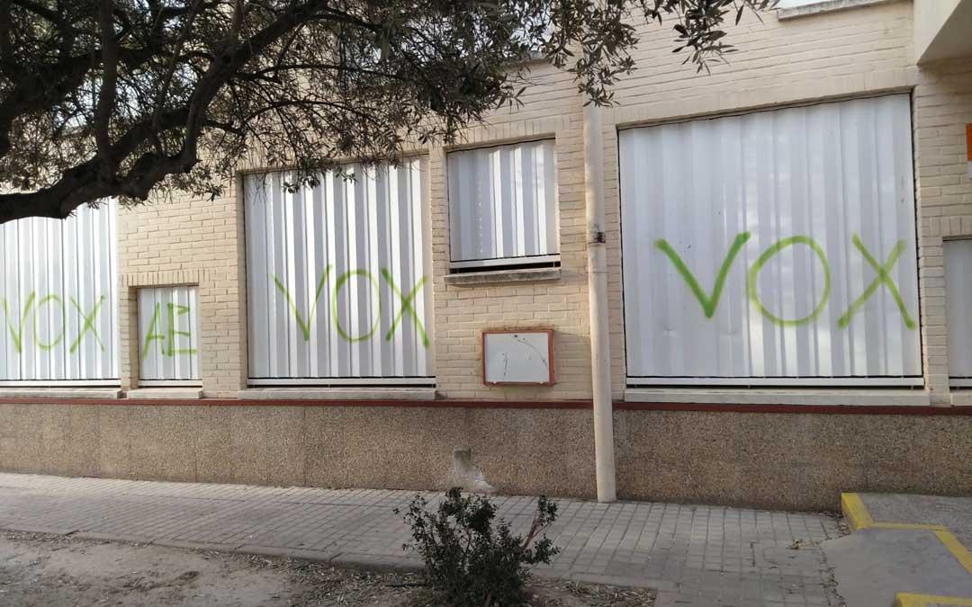 Pintadas a favor de VOX en las ventanas del IES Bajo Aragón de Alcañiz