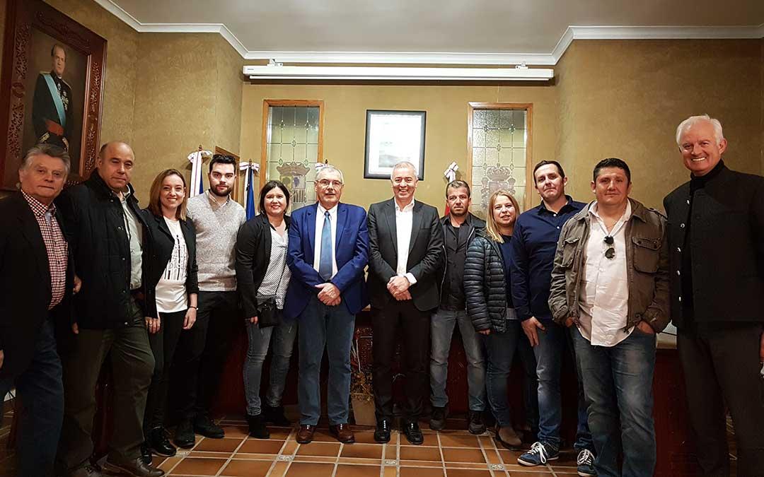 Jesús Zenón Gil acompañado de compañeros del PP de Maella y representantes provinciales.